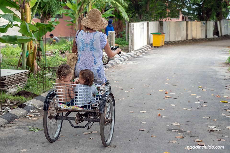 Paseando en bicicleta con las hijas por las calles de Gili Air (Indonesia)