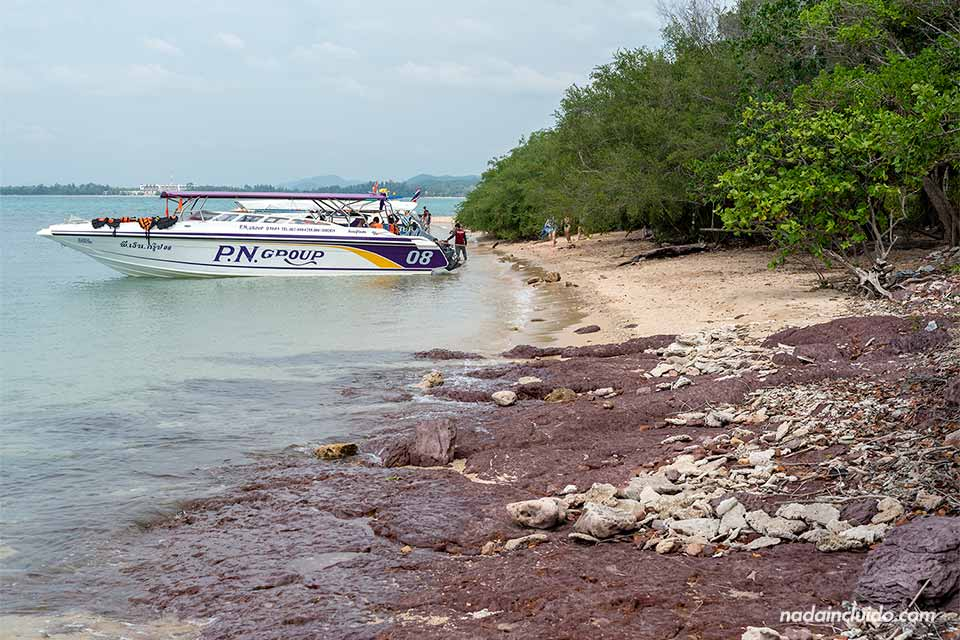 Barca en la isla de Koh Ku Dee (Tailandia)