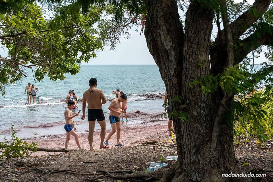 Turistas asiáticos en Koh Khang Khao (Tailandia)