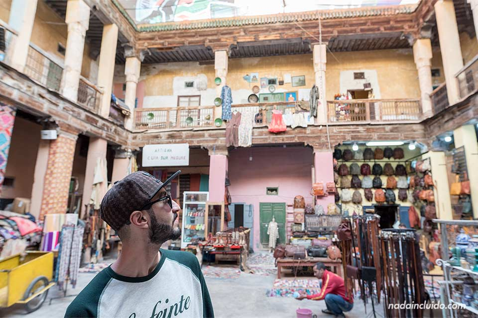 Plaza de artesanos en la medina de Marrakech (Marruecos)