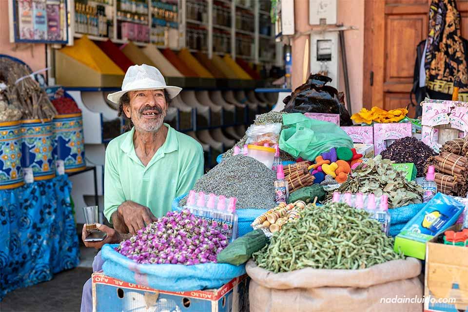 Dependiente de una tienda de especias en el zoco de Marrakech (Marruecos)
