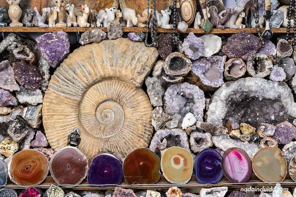 Fósiles en una tienda del zoco de Marrakech (Marruecos)