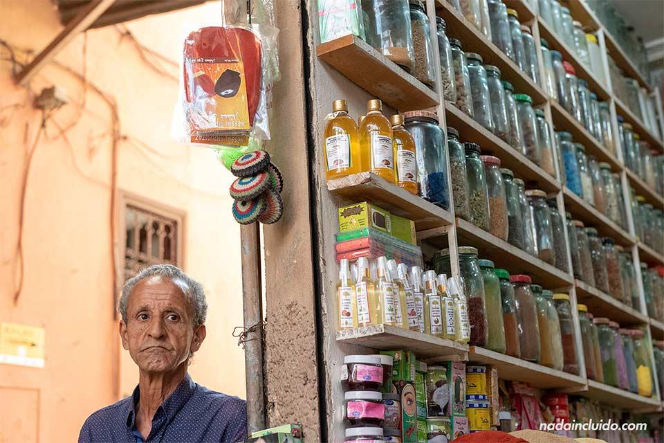 Dependiente de una tienda de jabones en el zoco de la medina de Marrakech (Marruecos)
