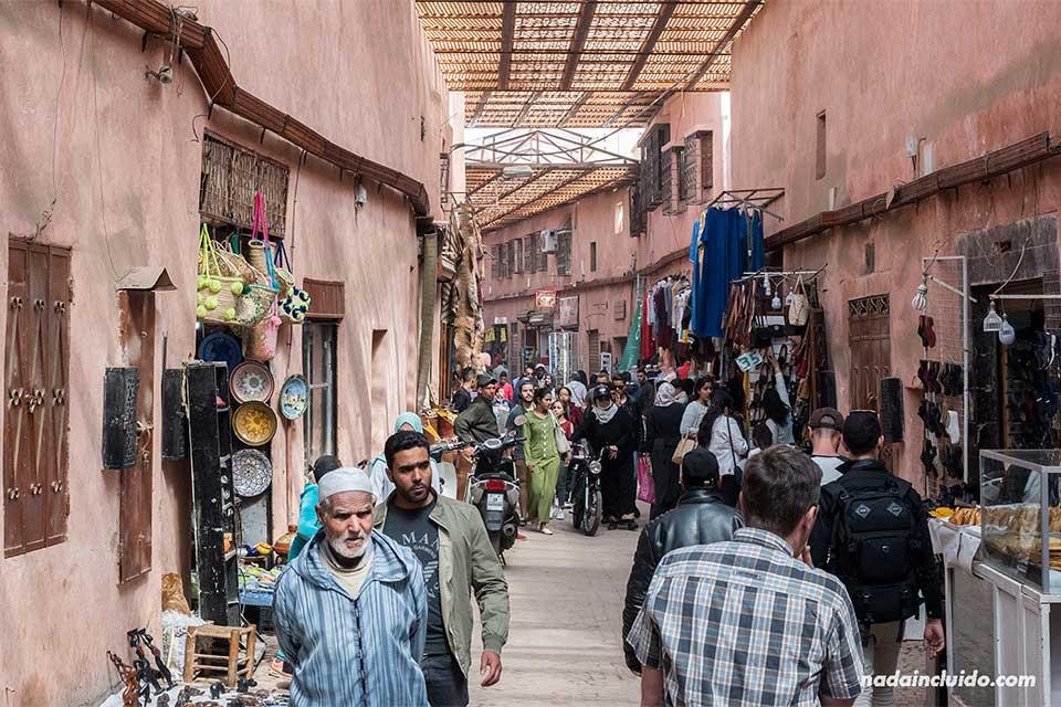 Pasillo del zoco de la medina de Marrakech (Marruecos)