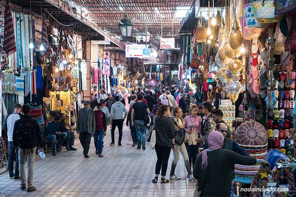 Muchas tiendas en el zoco de la medina de Marrakech (Marruecos)