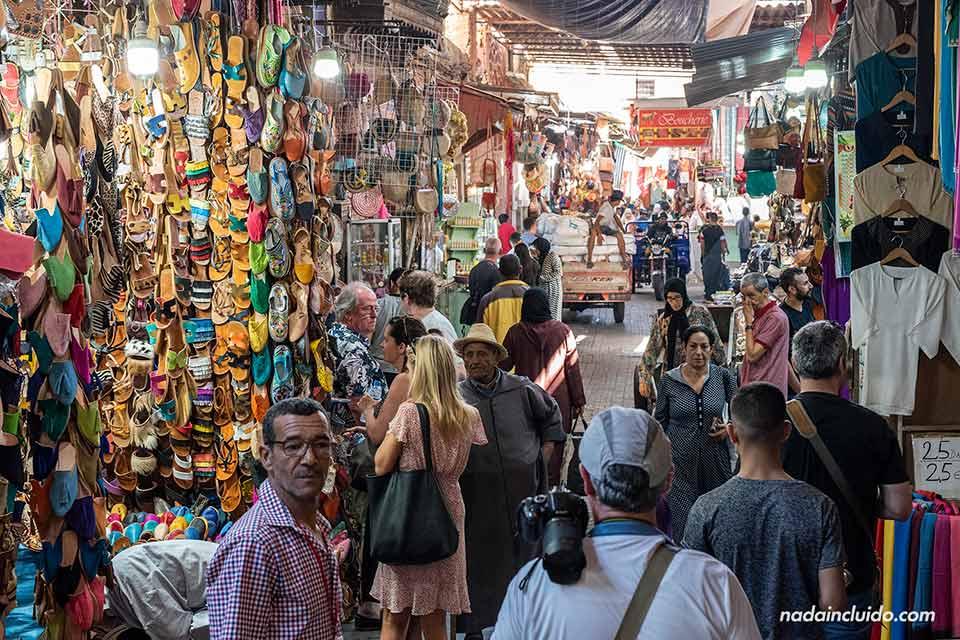 Tiendas y mucha gente en una pasillo del zoco de Marrakech (Marruecos)