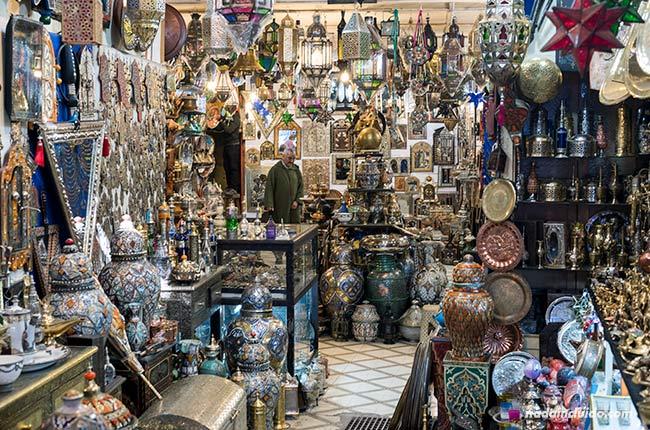 Tienda de cerámica en la medina de Marrakech (Marruecos)