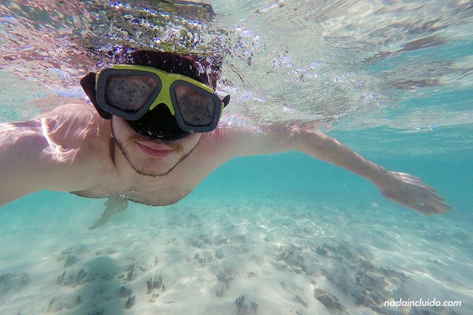 Haciendo snorkeling en la piscina natural del archipiélago de San Blas (Panamá)