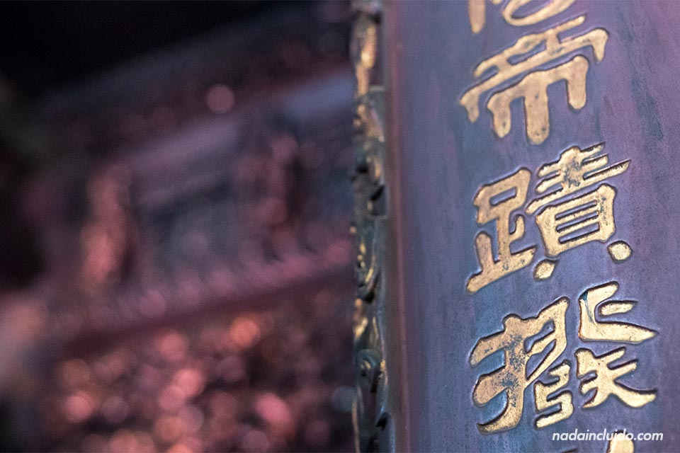 Letras chinas decoran una columna del Templo Dinh Tien Hoan en Ninh Binh (Vietnam)