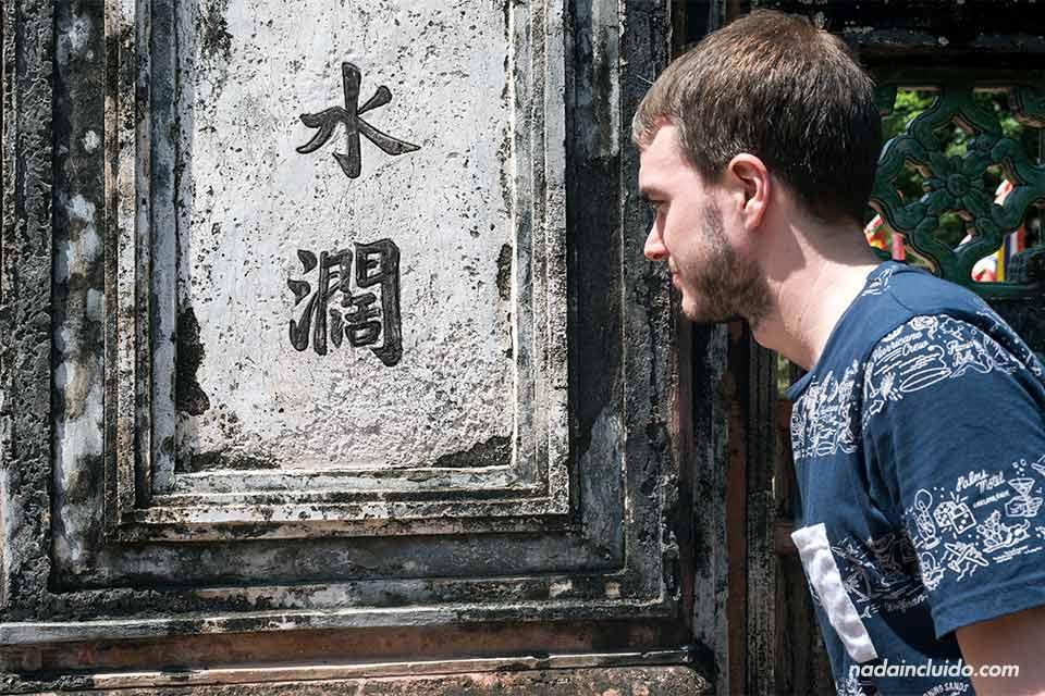 Mirando unas letras chinas en el En el Templo Dinh Tien Hoang de Ninh Binh (Vietnam)