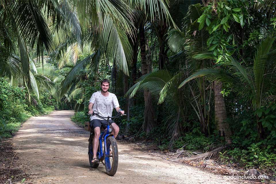 Paseo en bicicleta por isla Colón, Bocas del Toro (Panamá)