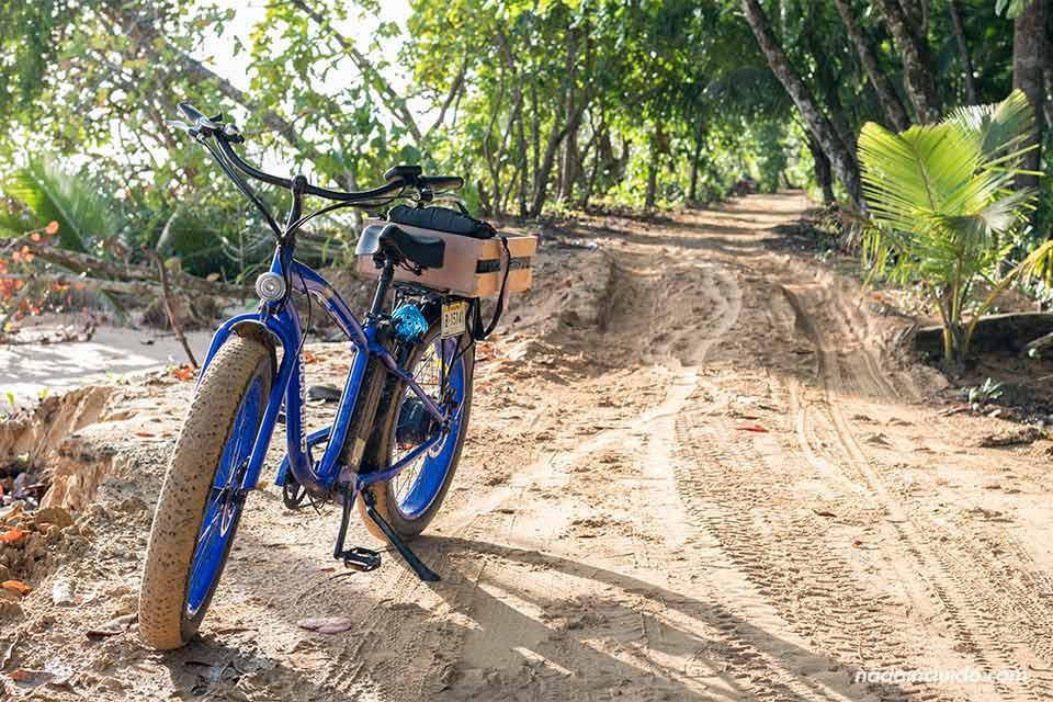 Bicicleta eléctrica en los senderos de isla Colón (Bocas del Toro, Panamá)