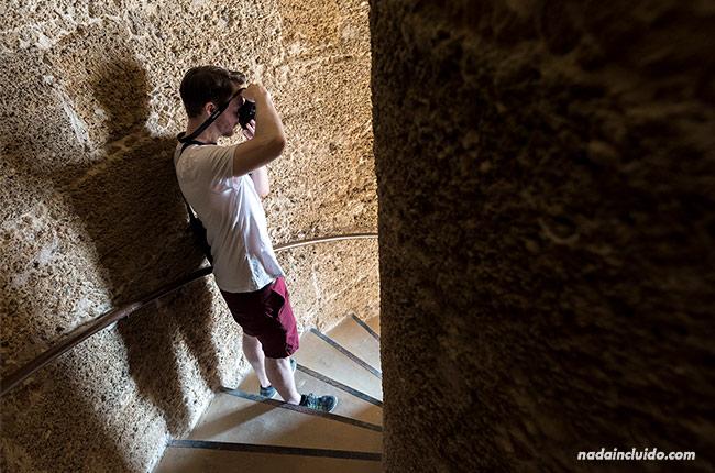 En las escaleras del faro de Chipiona (Cádiz)