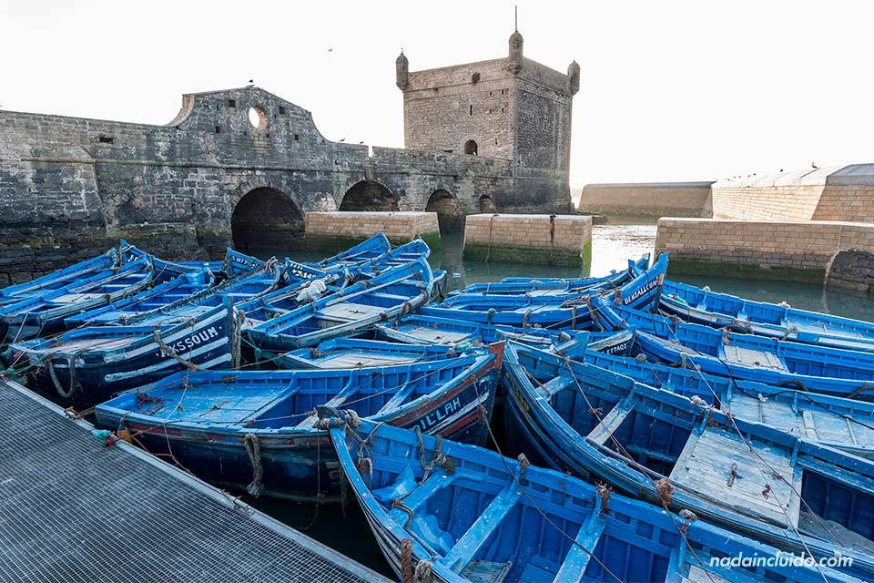 Barcas junto al castillo de Essaouira (Marruecos)