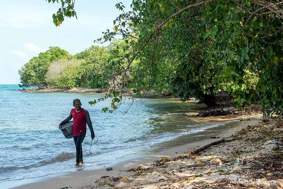 Pescador en la isla de Koh Ku Dee (Tailandia)
