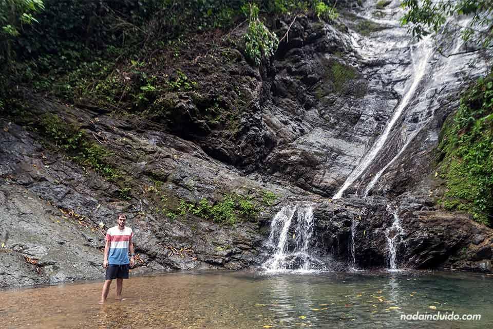 En la cascada de Los Campesinos Ecolodge (Costa Rica)