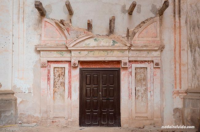 Puerta de entrada a la Abadía del Monasterio de Piedra (Aragón, España)