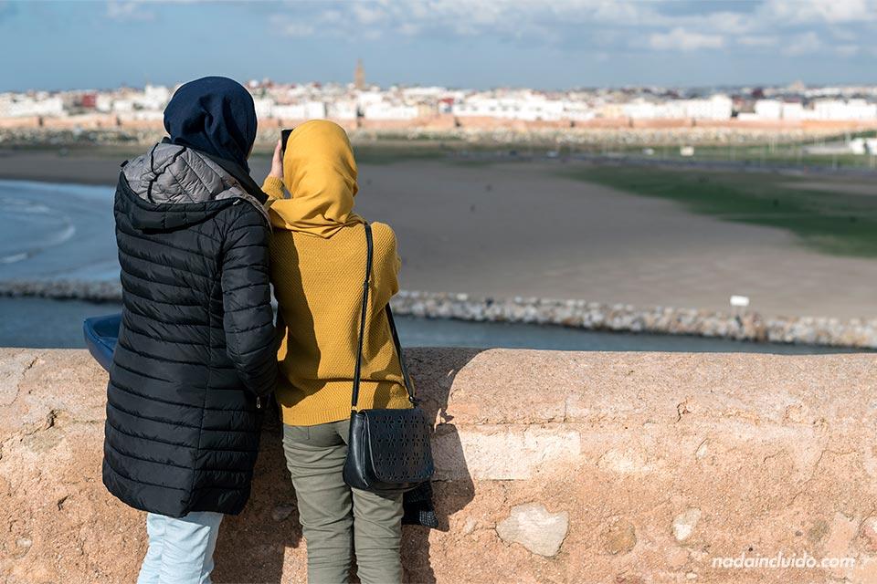 Chicas marroquíes en el mirador de la Kasbah de los Udayas de Rabat (Marruecos)