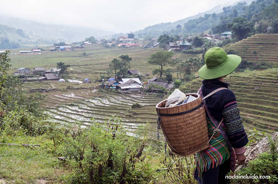 Mujer hmong acompaña a un grupo de turistas durante un trekking por la región de Sapa (Vietnam)
