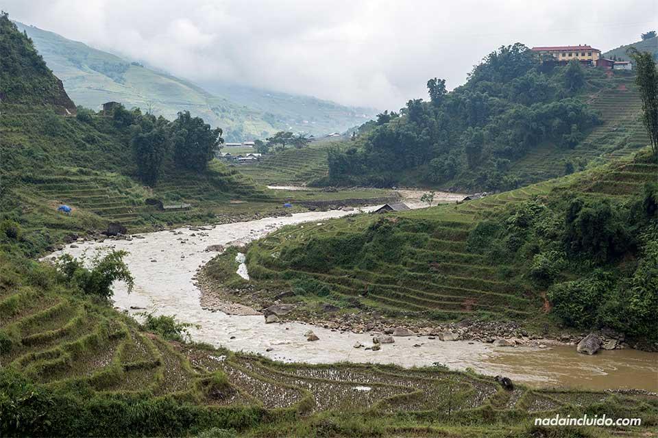 Río junto a los arrozales en la provincia de Lao Cai, Vietnam