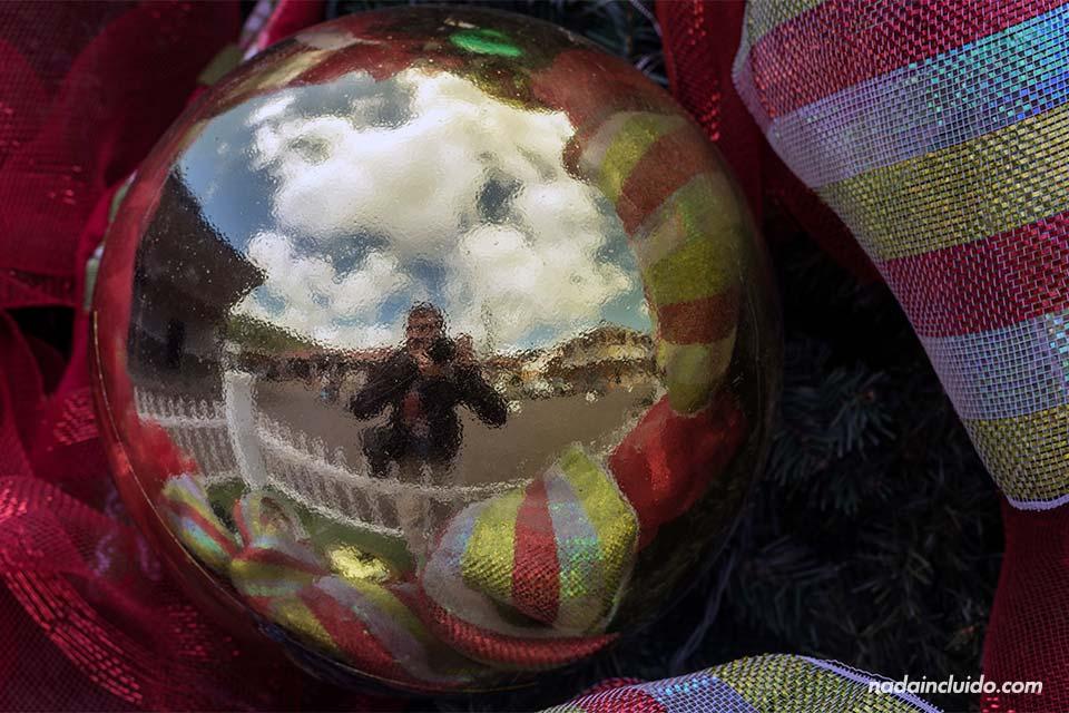 Mi reflejo en un adorno de Navidad en Bajo Boquete (Panamá)