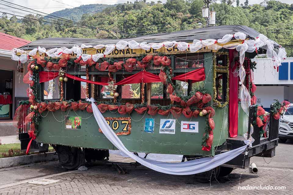 Tren antiguo en la plaza central de Bajo Boquete (Panamá)