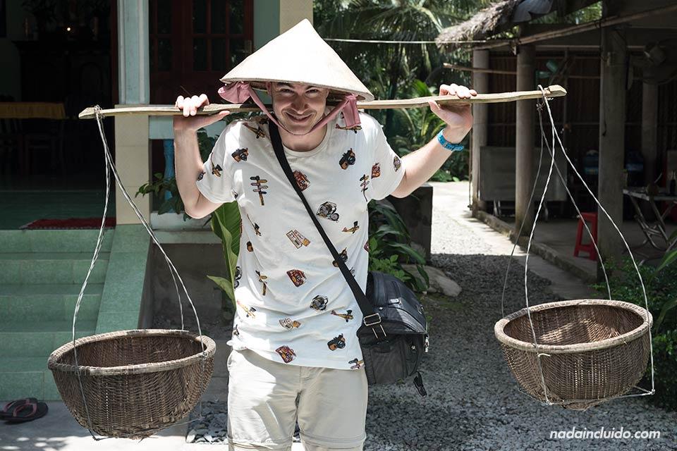 Vistiendo con un Non La (sombrero típico vietnamita) en una granja de Thu Thua, junto al Delta del Mekong (Vietnam)