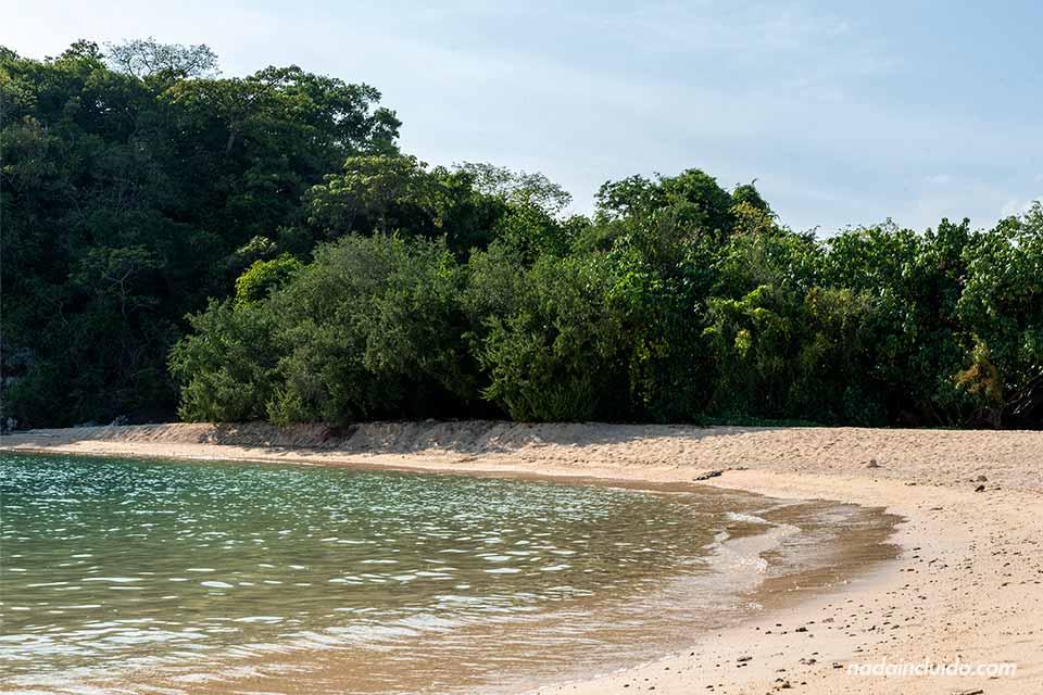 Playa de la isla de Koh Kam (Tailandia)