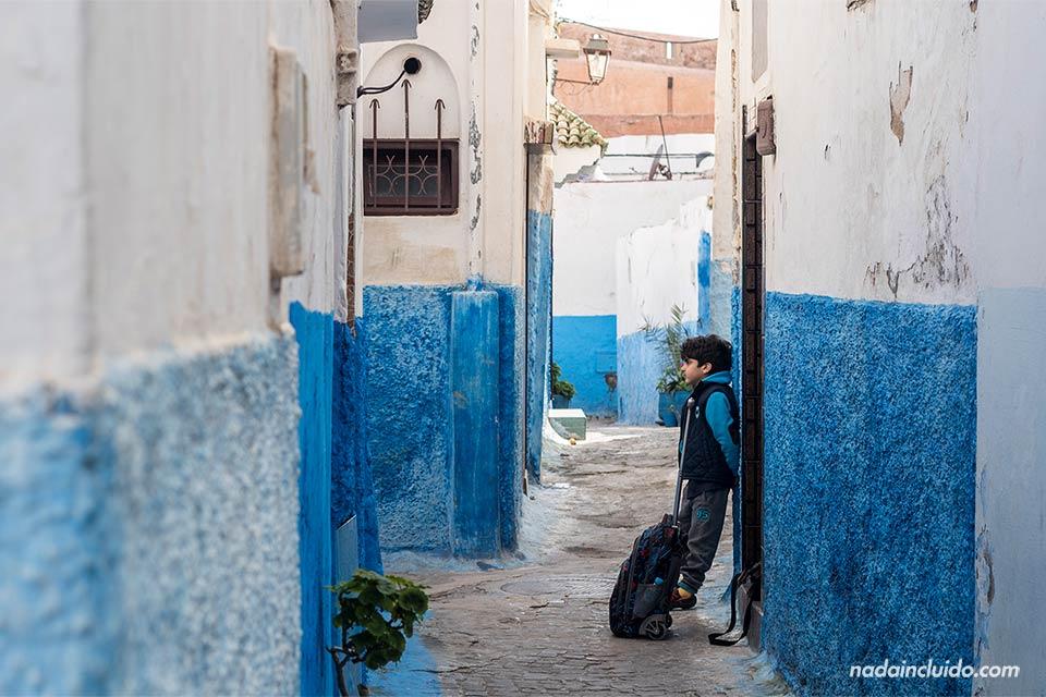 Niño en las calles de la Kasbah de los Udayas de Rabat (Marruecos)