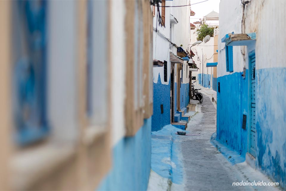 Calle azulada en la Kasbah de los Udayas de Rabat (Marruecos)