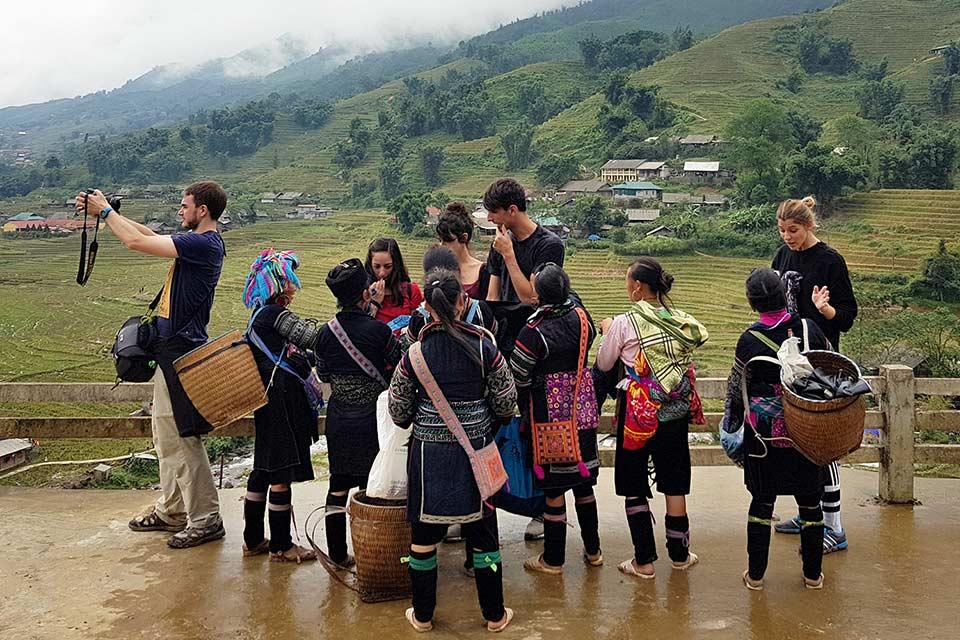 Mujeres vietnamitas de la etnia Hmong tratan de vendernos durante un Trekking por Sapa (Vietnam)