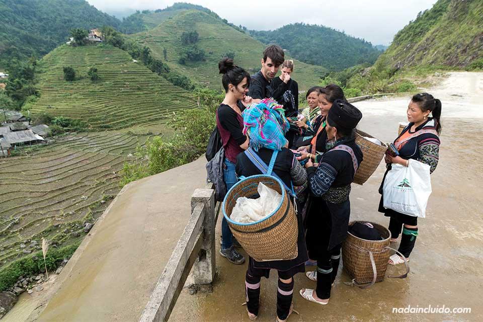 Mujeres hmong venden a turistas durante un trekking por la región de Sapa (Vietnam)