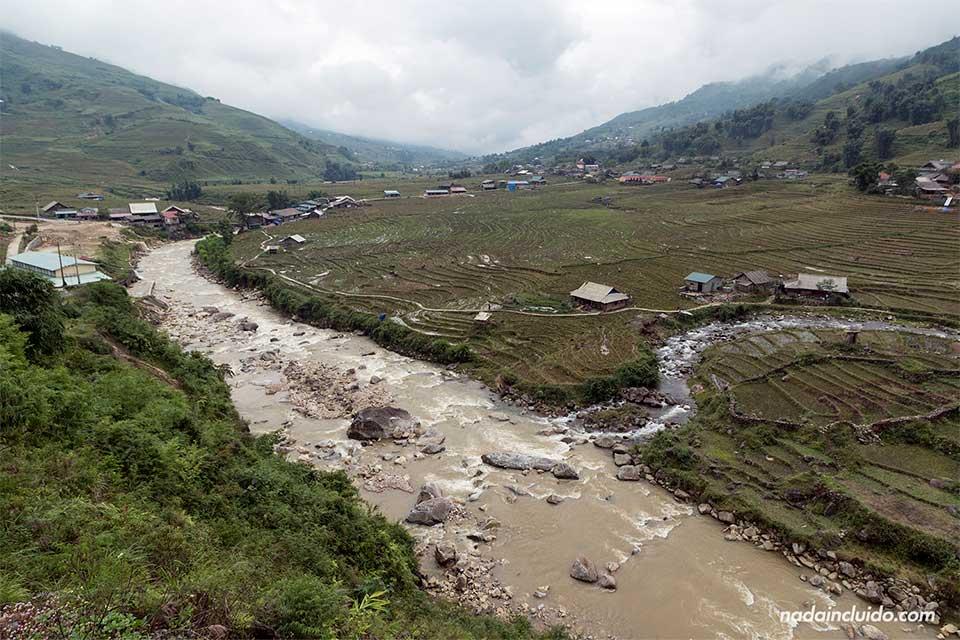 Río recorre la provincia de Lao Cai, Vietnam