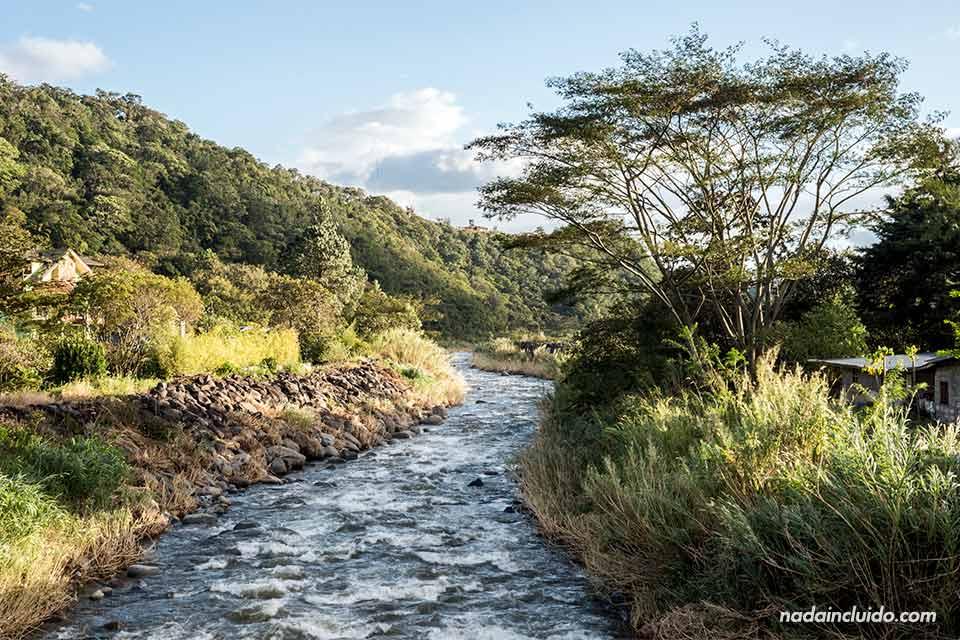 Curso del río Caldera junto a Bajo Boquete (Panamá)