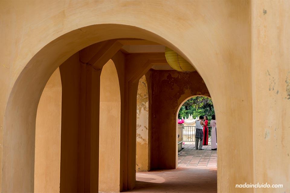 Arcos en uno de los edificios del interior de la ciudadela de Hanoi (Vietnam)