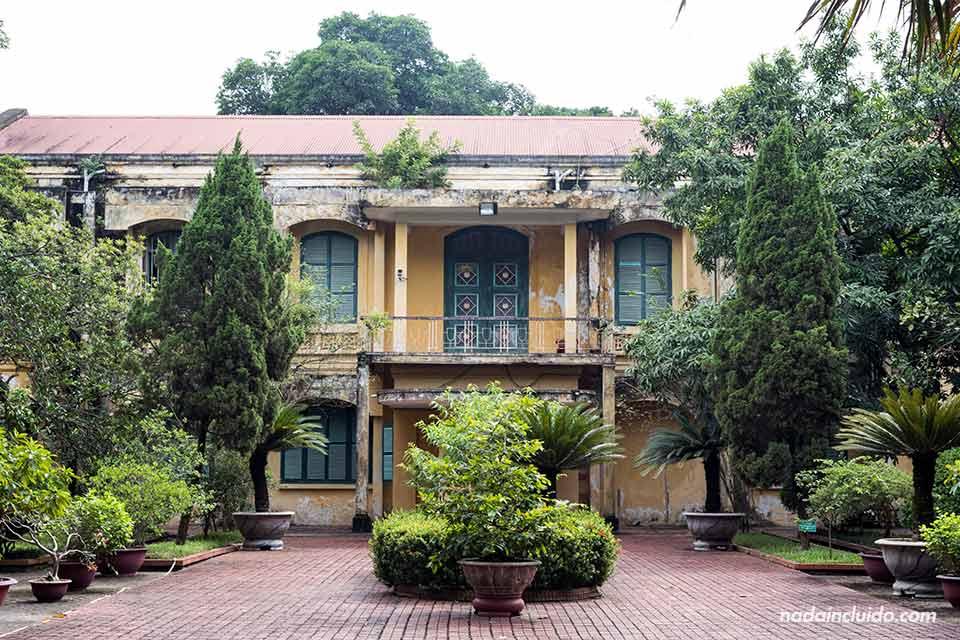 Fachada de un edificio antiguo en la ciudadela de Hanoi (Vietnam)