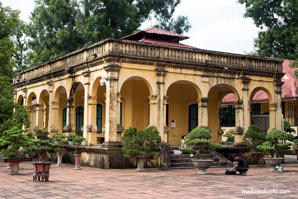 Edificio antiguo en la ciudadela de Hanoi (Vietnam)