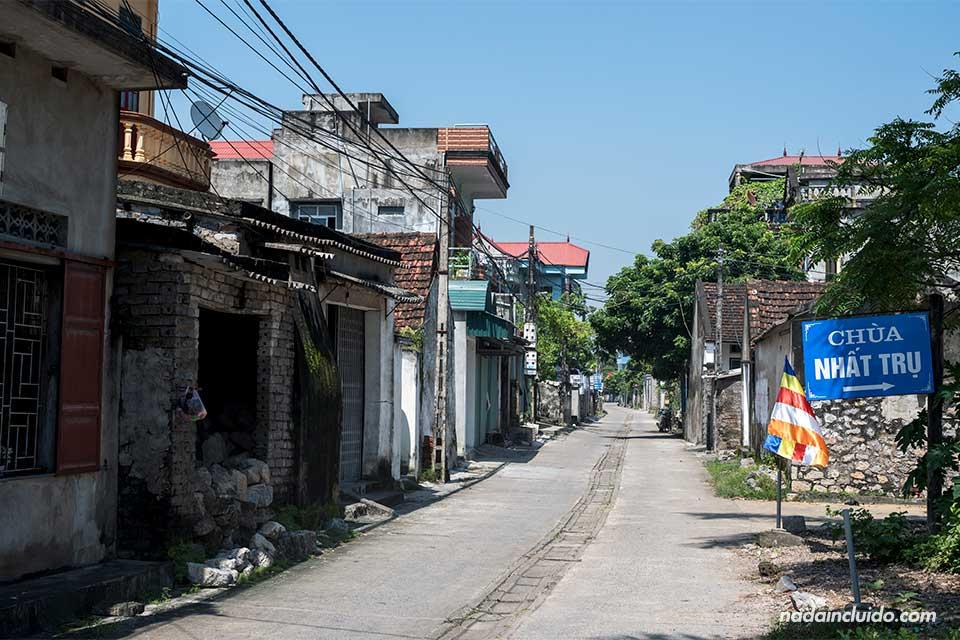 Calle del pueblo junto a la ciudadela de Hoa Lu (Vietnam)