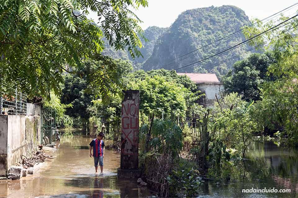 Niño pasea por las calles anegadas del pueblo de Hoa Lu, en Ninh Bihn (Vietnam)