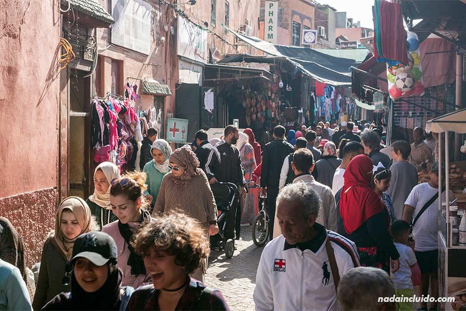 Mucha gente en el zoco de la medina de Marrakech (Marruecos)