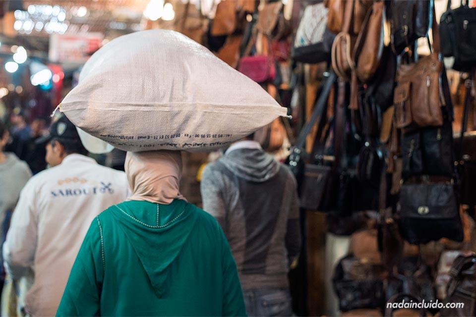 Marroquí lleva un saco en la cabeza en la medina de Marrakech (Marruecos)