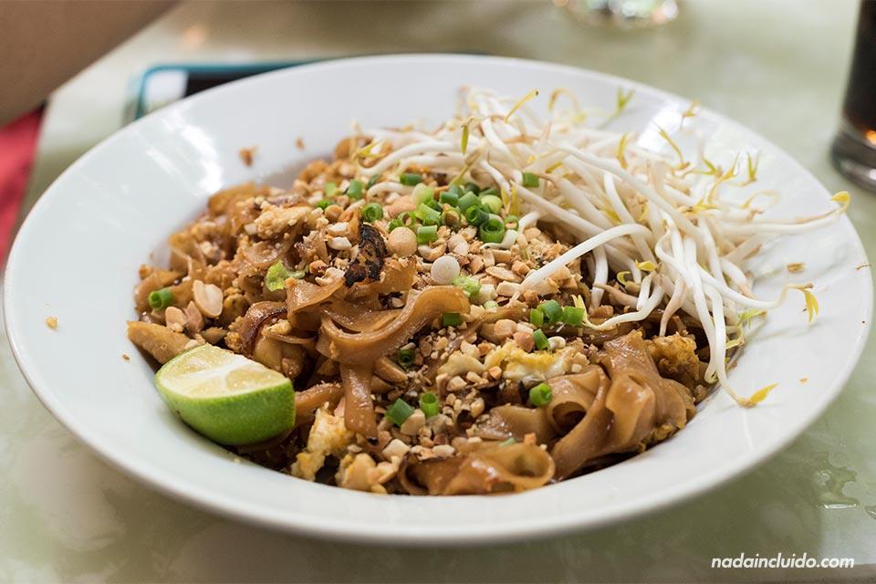Comiendo un Pad Thai, un plato típico de Tailanda, en Hanoi, la capital de Vietnam