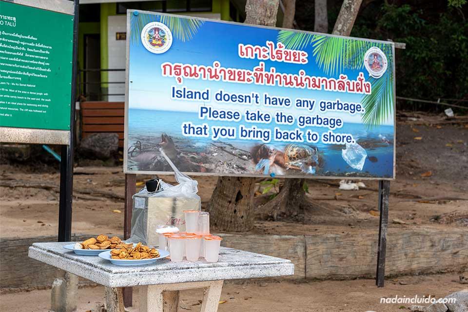 Merienda de plástico junto a un cartel sobre la basura en la isla de Koh Ta Lu (Tailandia)