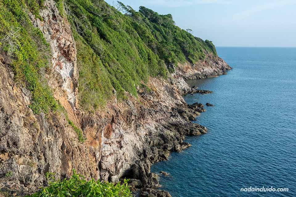 Acantilado en la isla de Koh Ta Lu (Tailandia)