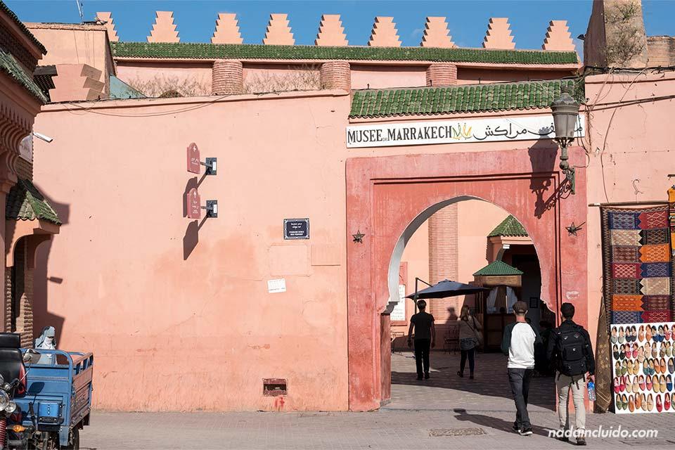 Puerta del museo de Marrakech (Marruecos)