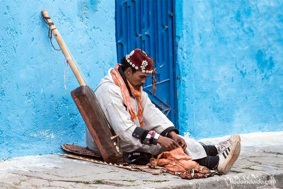 Músico callejero en la Kasbah de los Udayas de Rabat (Marruecos)