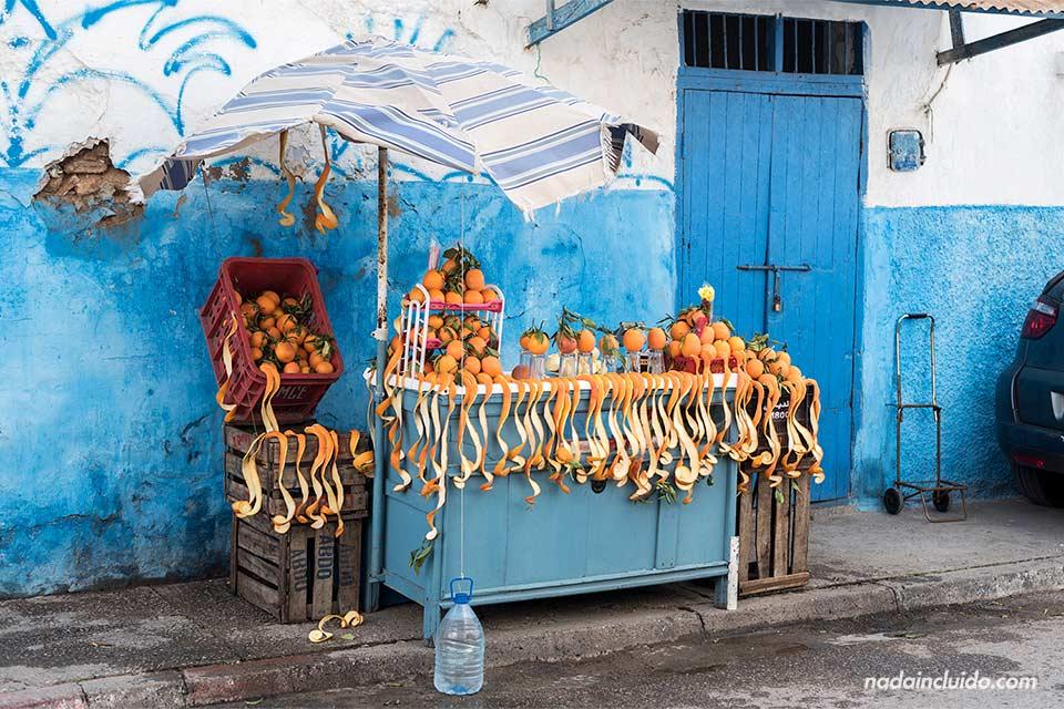 Puesto de naranjas en la Kasbah de los Udayas de Rabat (Marruecos)