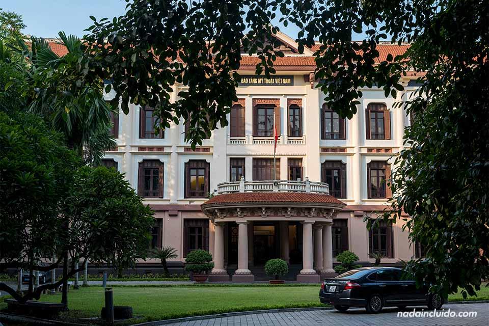 Fachada de un edificio lujoso en el centro de Hanoi (Vietnam)