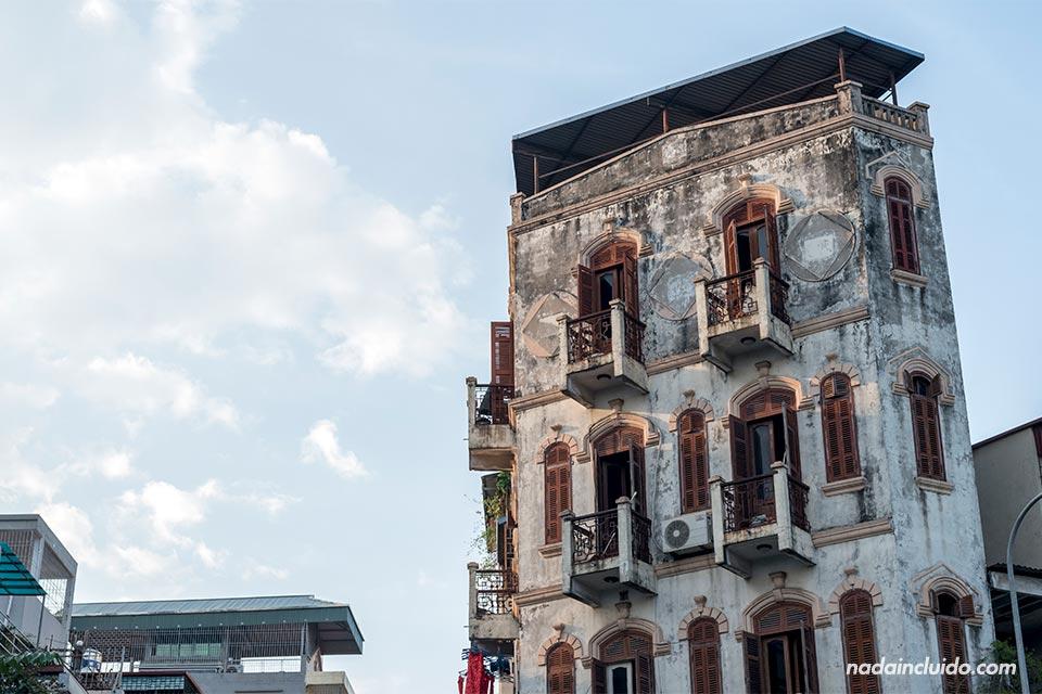 Fachada de un edificio antiguo en el centro de Hanoi (Vietnam)