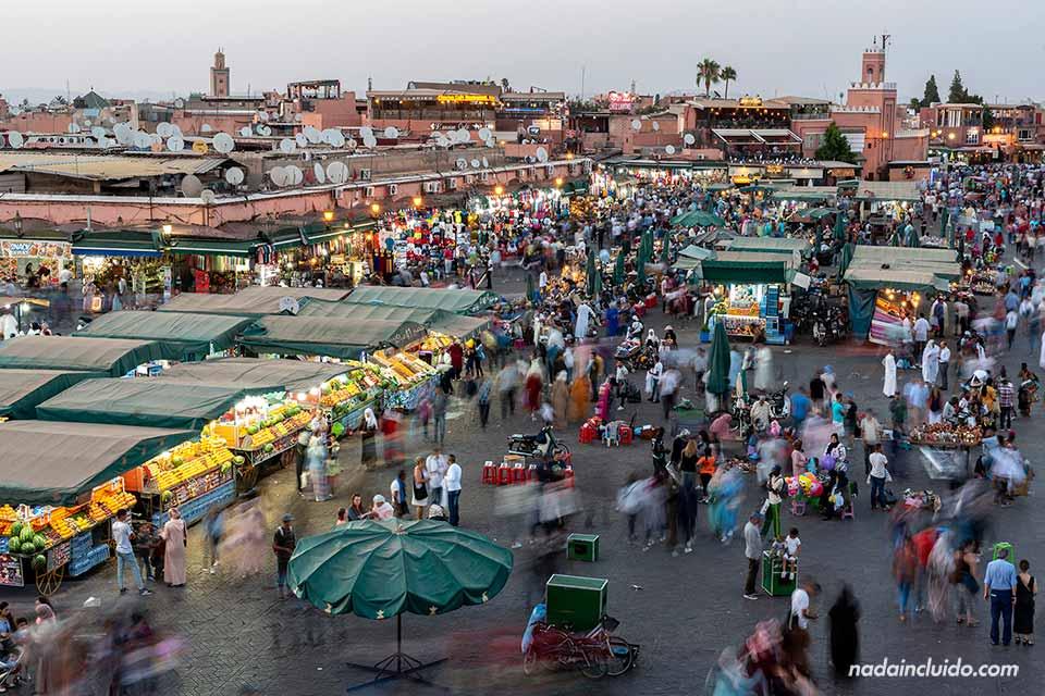 Vistas desde el restaurante Le grand balcon de la plaza Yamaa el Fna al atardecer (Marrakech, Marruecos)
